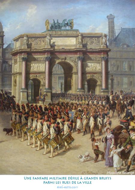 Une fanfare militaire défile à grand bruit parmi les rues de la ville