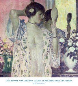 Une femme aux cheveux coupés se regarde dans un miroir
