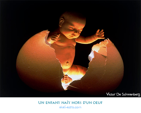 Un enfant naît hors d'un oeuf