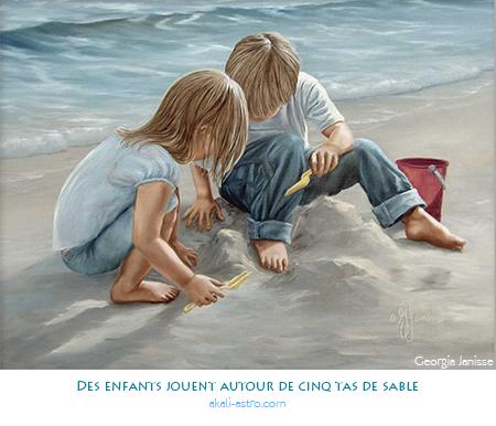 Des enfants jouent autour de cinq tas de sable