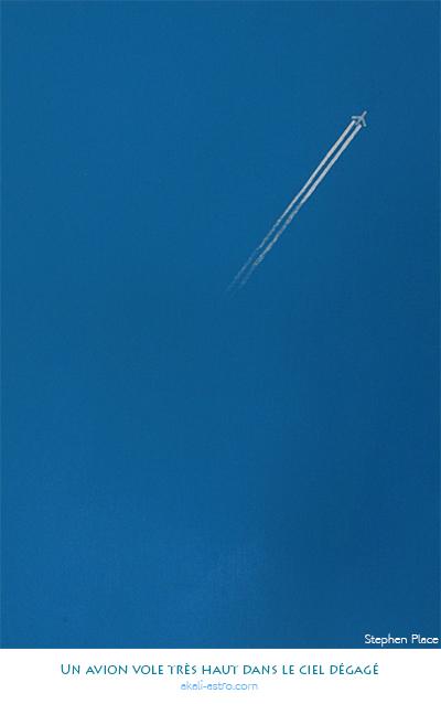 Un avion vole très haut dans le ciel dégagé