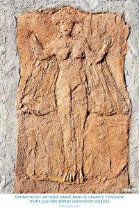 Un bas-relief antique gravé dans le granite témoigne d'une culture depuis longtemps oubliée