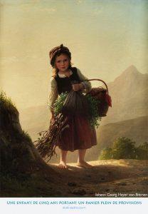 Une enfant de cinq ans portant un panier plein de provisions