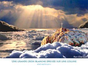 Une grande croix blanche dressée sur une colline