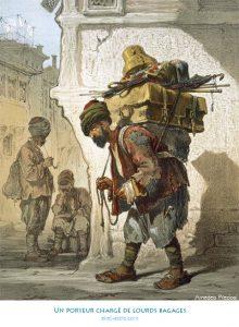 Un porteur chargé de lourds bagages