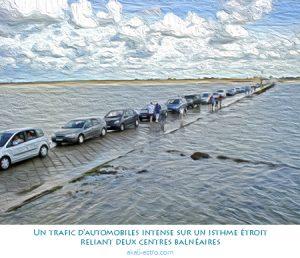 Un trafic d'automobiles intense sur un isthme étroit reliant deux centres balnéaires