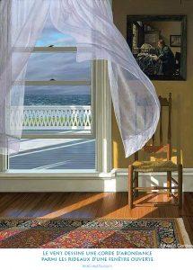 Le vent dessine une corde d'abondance parmi les rideaux d'une fenêtre ouverte