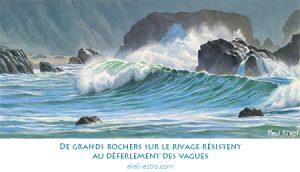 De grands rochers sur le rivage résistent au déferlement des vagues
