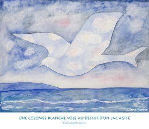 Une colombe blanche vole au-dessus d'un lac agité
